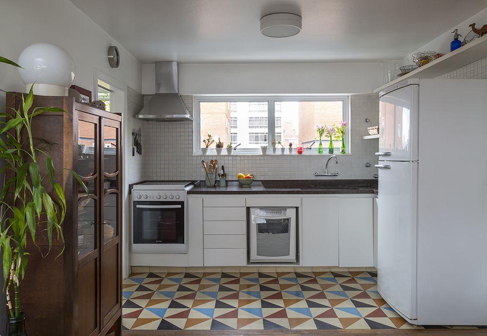 Decoração de: Cozinha integrada; piso de ladrilho hidráulico