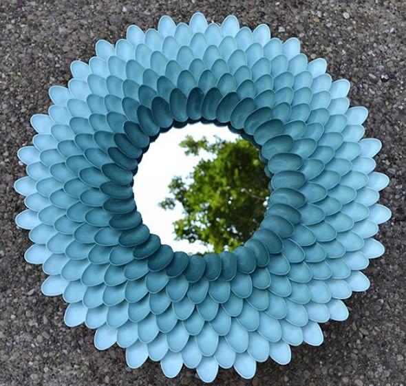 Como decorar um espelho com colheres de plástico