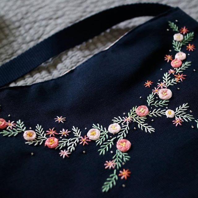 刺繍のショルダーバッグ 華やか! . 長くお待ち頂きありがとうございました。 . #刺繍 #刺しゅう #手刺しゅう #手刺繍 #embroidery #handembroidery #handstitch #handstitched #ショルダーバッグ #shoulderbag #