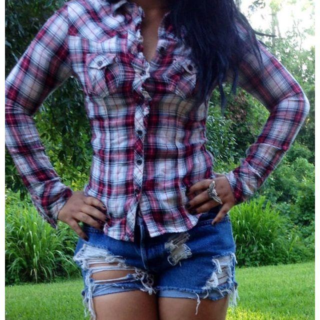 Девушки со спины в джинсах и клетчатой рубашке