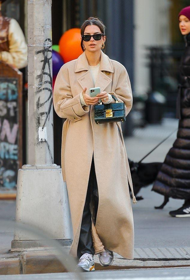 Emily Ratajkowski White Sweater Street Style Autumn Winter 2020 on SASSY DAILY