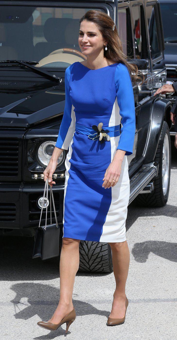 Pin for Later: Die einflussreichsten und modischsten Frauen der Welt schwören auf dieses Kleid Königin Rania von Jordanien In einem Colour-Block Kleid - als Option für jeden Tag.