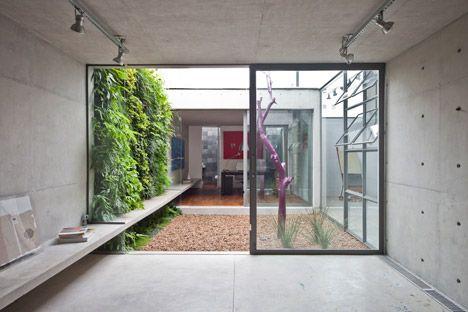 Patios interiores de casas modernas buscar con google for Decoracion patios interiores modernos