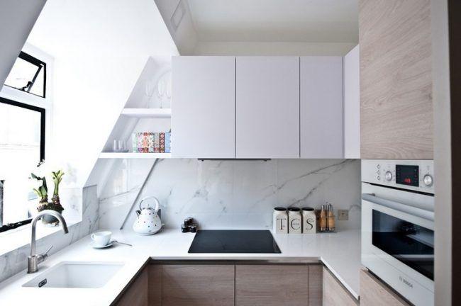 Küche in U-Form klein-dachschraege-weiss-holz-rueckwand-marmoroptik