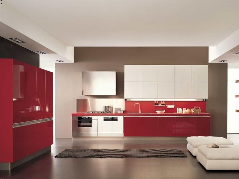 des placards rouges et blancs dans la cuisine moderne avec une peinture murale grise et carrelage de sol grand format