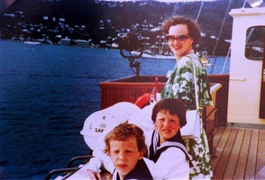 DRONNING MARGRETHE SAMMEN MED KRONPRINS FREDERIK OG PRINS JOACHIM OMBORD PÅ KONGESKIBET DANNEBROG