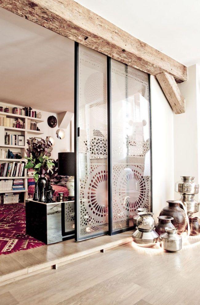 offene-küche-abtrennen-glasschiebetür-stahl-muster-sichtschutz - offene kueche wohnzimmer abtrennen glas