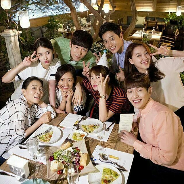 Song Hye Kyo Happy At Group Dinner Meeting With Descendants Of The Sun Cast Song Hye Kyo Decendants Of The Sun Descendents Of The Sun