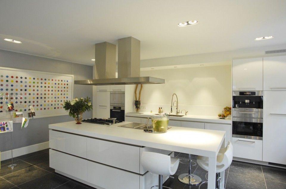 Moderne keuken met keukeneiland met design barkrukken design