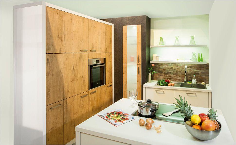 Naturholzoptik in der Küche. Hohe Schränke bieten besonders viel ...
