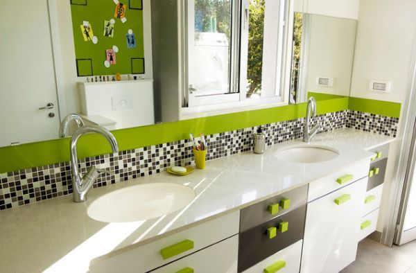 Salle de bain verte et grise avec double vasque et rangements et sa ...