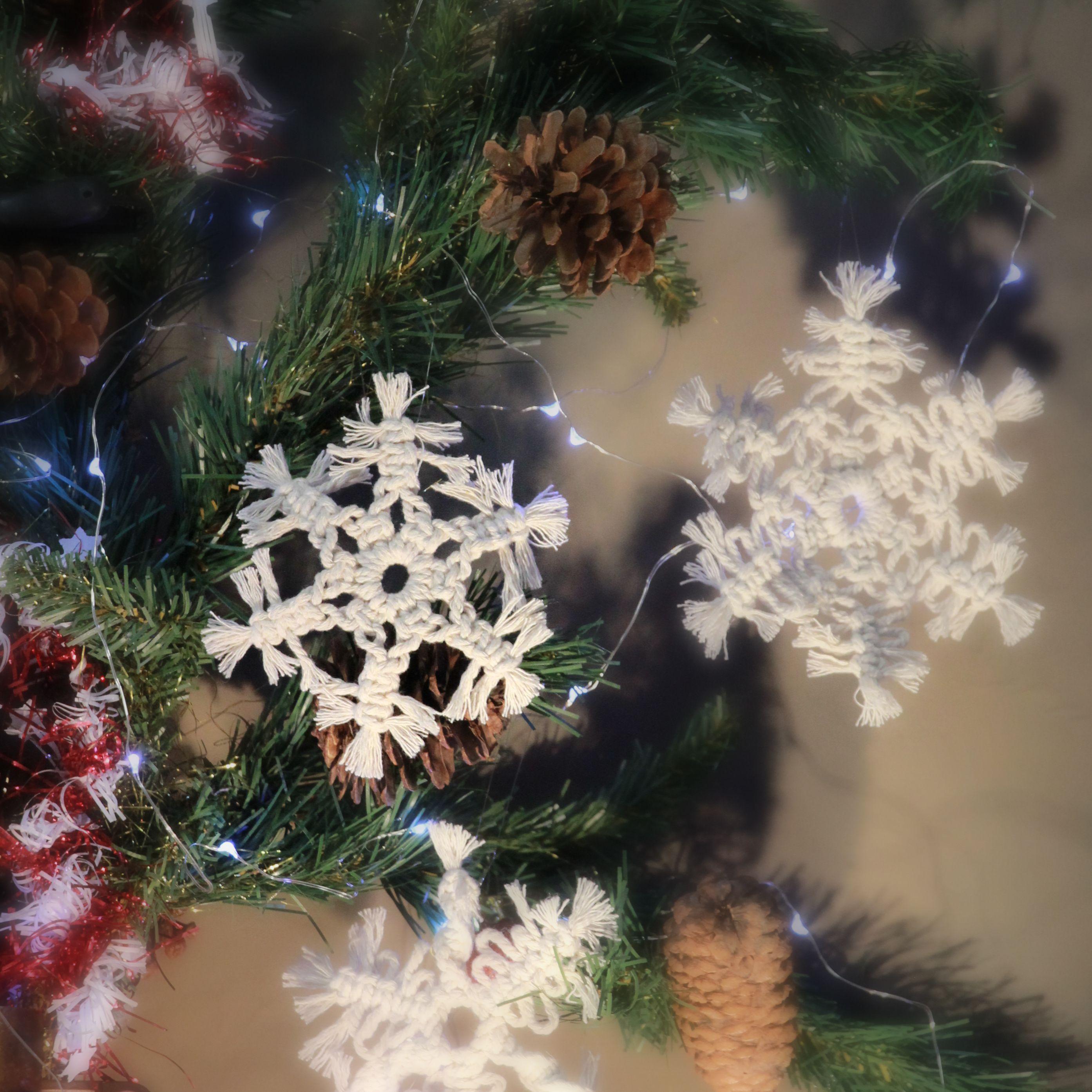Sapin De Noel Sur Le Mur décoration noël, flocon en macramé, etoile en macramé
