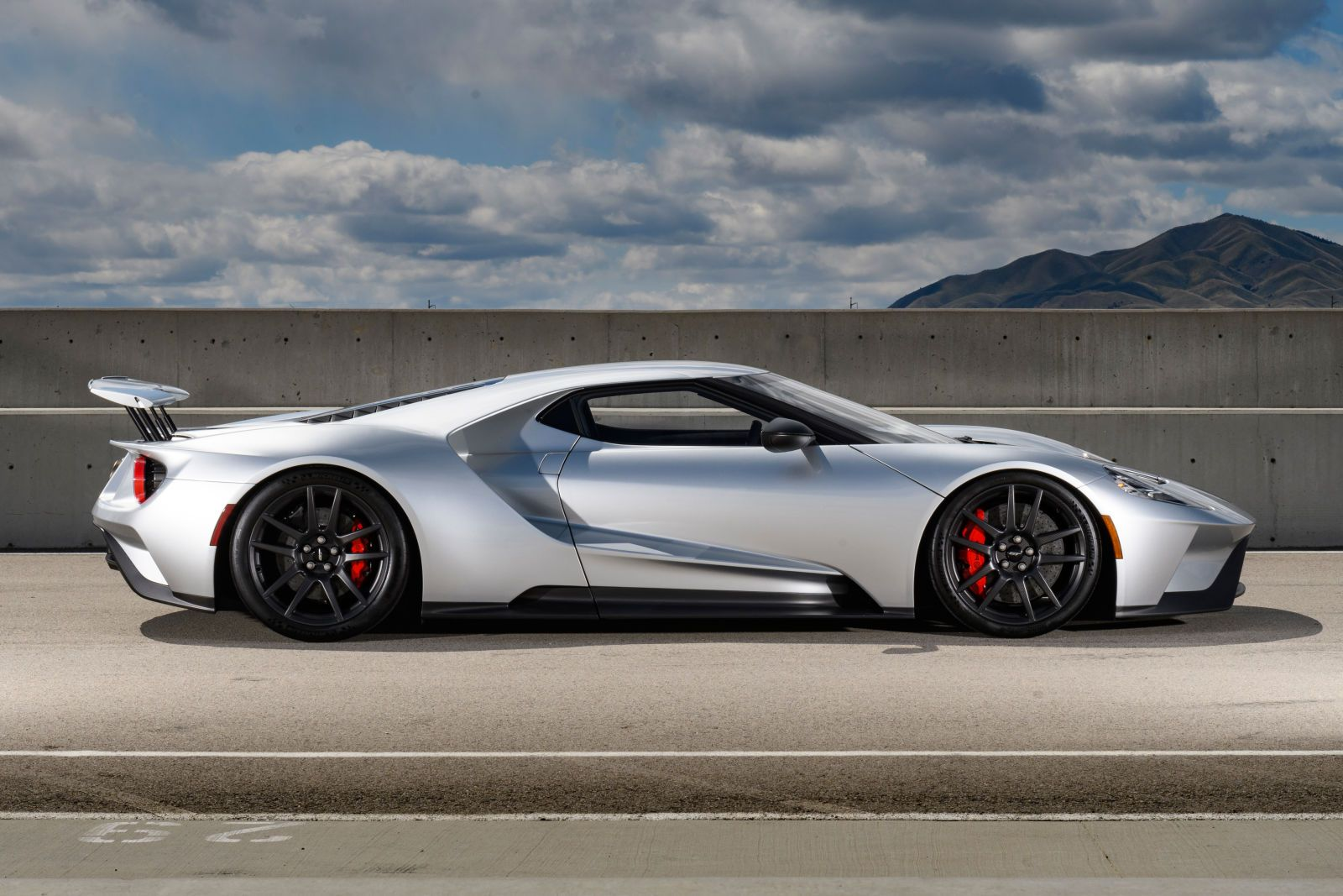 The 2017 Ford Gt Makes Most Supercars Look Soft Ford Gt Super Cars Ford Gt 2017
