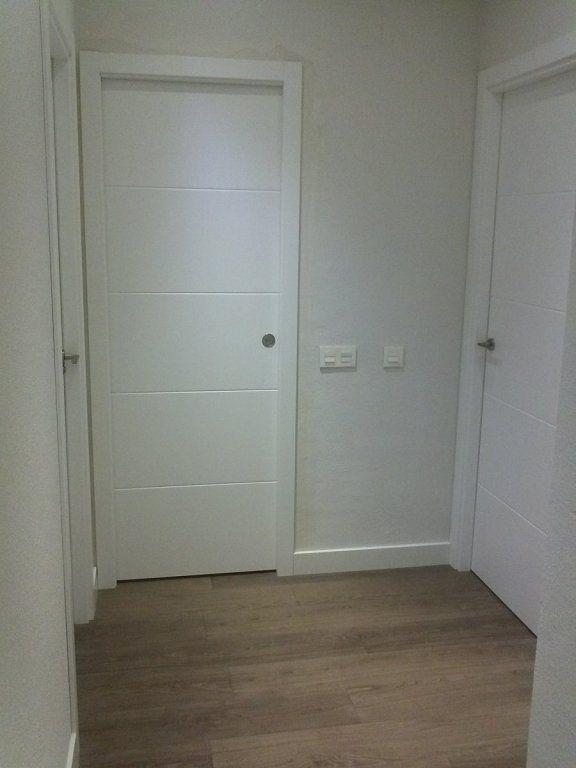Puertas lacadas blancas estilo moderno y suelos de tarima - Combinar suelo y puertas ...