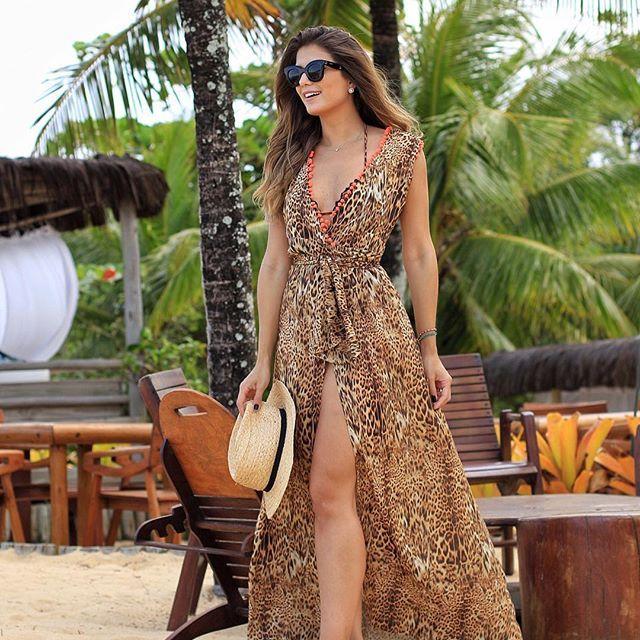 {First look 😱} Vestido @cloudeoficial que eu usei como saída de praia! Não ficou demais?! 😍😍 Onça com pompons neon ❤️ • #lookdodia #ootd #trancoso #altoveraocloude #blogtrendalert