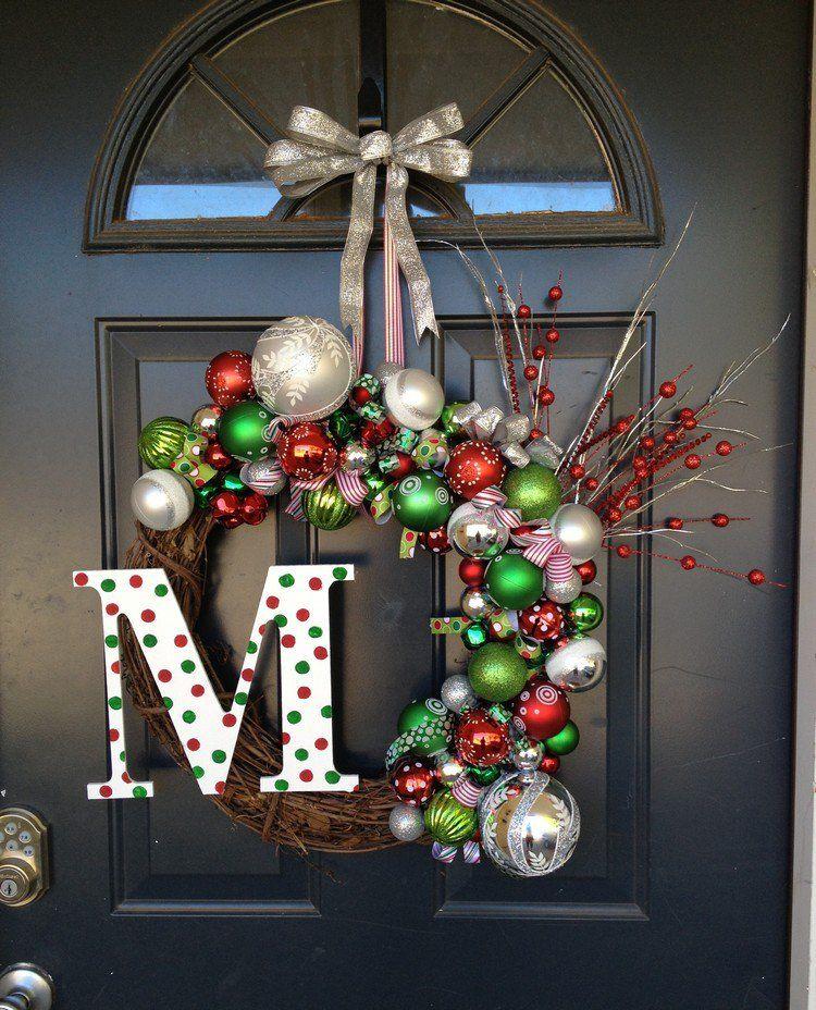decoration noel pour la porte d entree avec couronne composee de boules et lettre monogramme