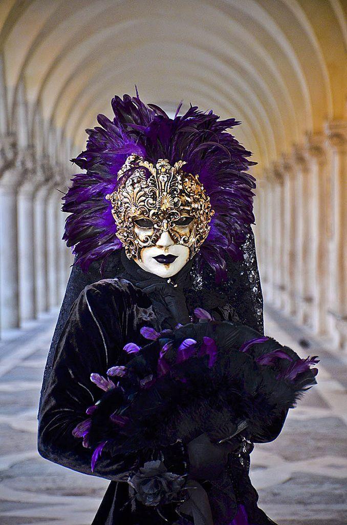Maschera in viola. Un trionfo di piume e ornamenti per questa seducente signora, ritratta sotto ai portici di palazzo ducale. Scoprite di più sul nostro Magazine! www.dalani.it/magazine/news-trends/carnevale-venezia/ #Dalani #Venezia #Carnevale