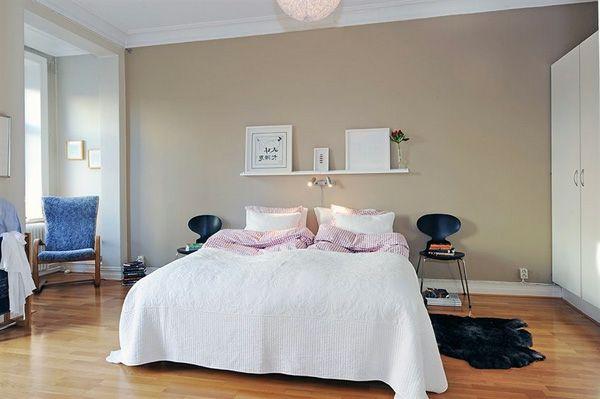 Schlafzimmerwände gestalten ~ Schlafzimmer gestalten im skandinavischen stil größes bett stühle