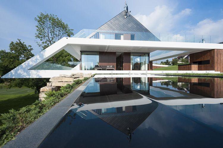 Maison sur terrain en pente avec terrasse couverte et piscine ...