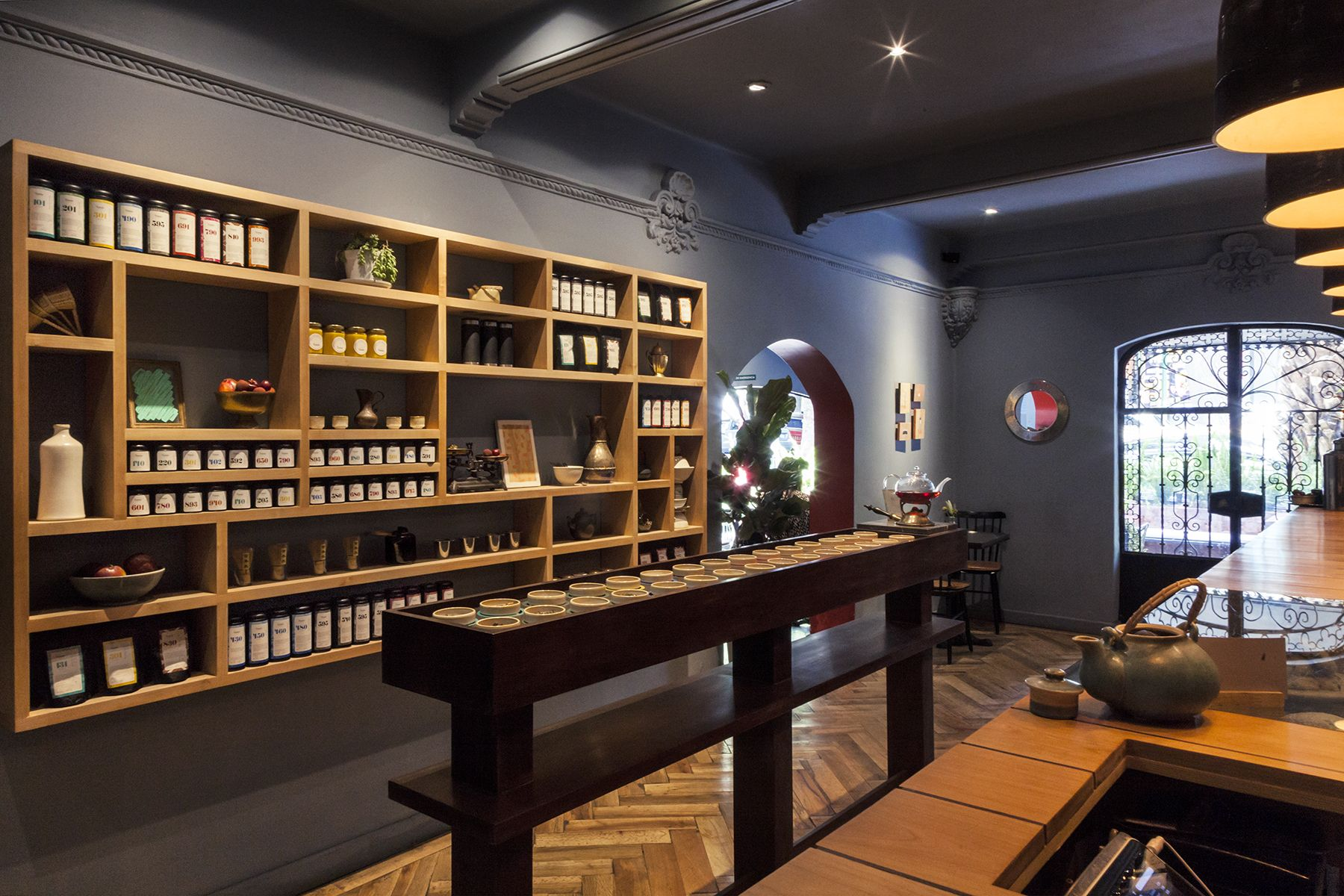 The living room is conceived as a space where people can feel at home, through simple furniture which combines materials such as wood, ceramic and skin- specifically designed to accentuate the product and its function. This space is complemented by illustrations depicting various related to tea culture, from cultivation to tasting items. This element is replicated through interventions in old paintings, proposing a balance between tradition and modernity.