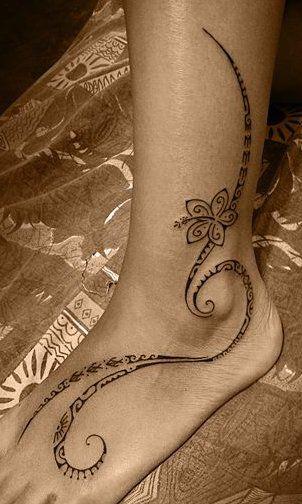 tatouage sur le pied et la cheville pour femme de dessin polynésien