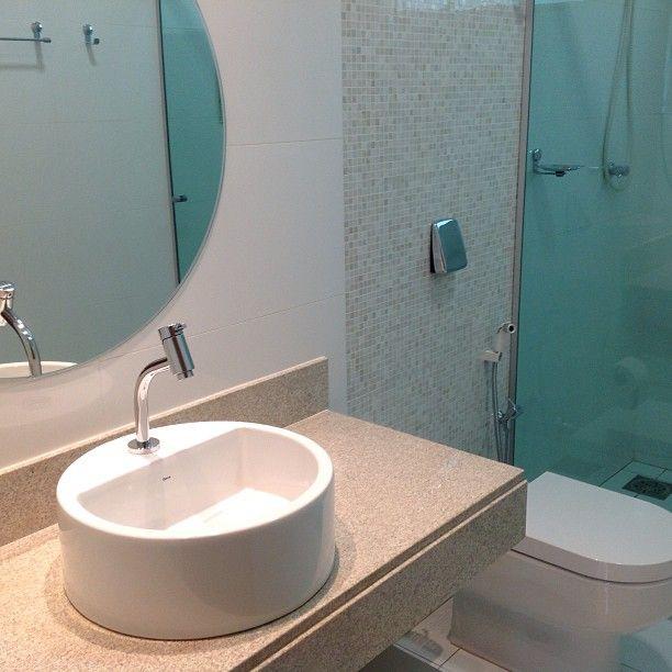 Banheiro descomplicado ! Projeto SOSarquiteto. Revestimentos @aldeiaacabamentos . #banheiro #decoração #revestimento