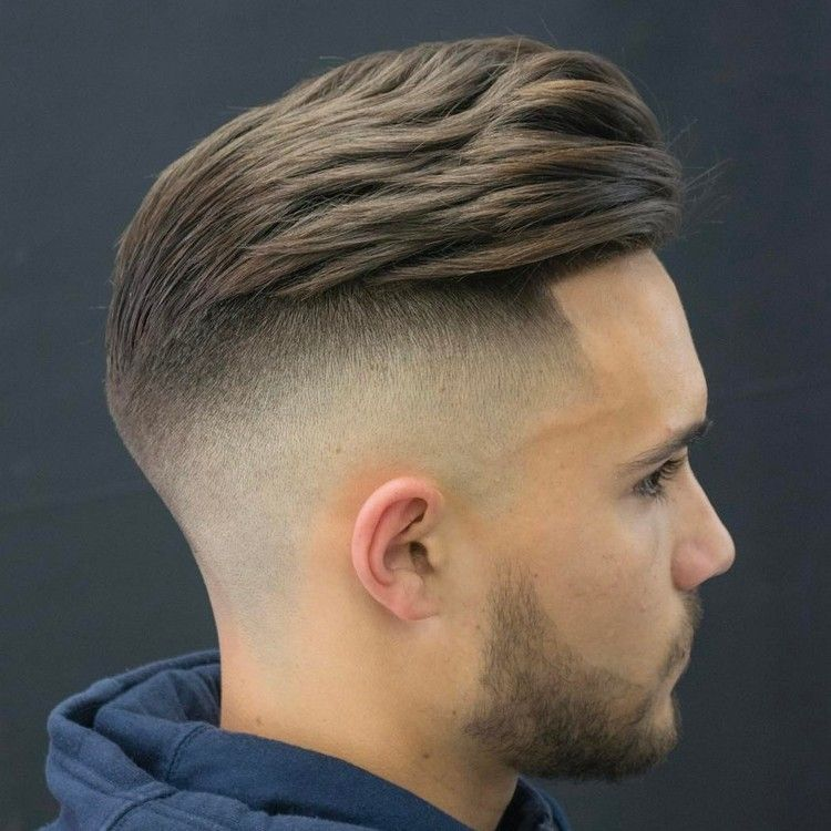 Undercut Mit Ubergang Frisur Manner Modern Nach Hinten Haarschnitt Manner Herren Haarschnitt Herrenfrisuren