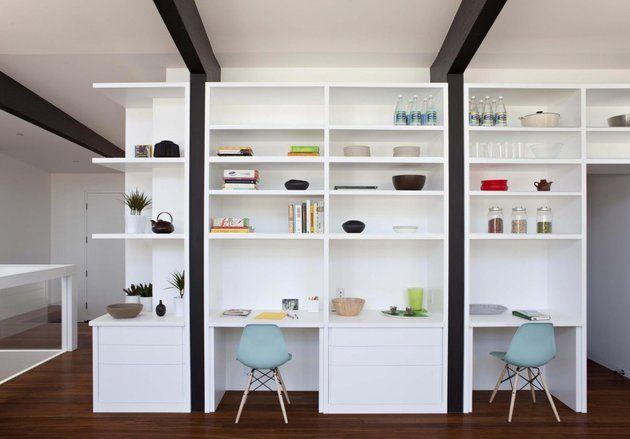 Offene Raumhohe Wandregale Weiß Schreibtische Blaue Stühle