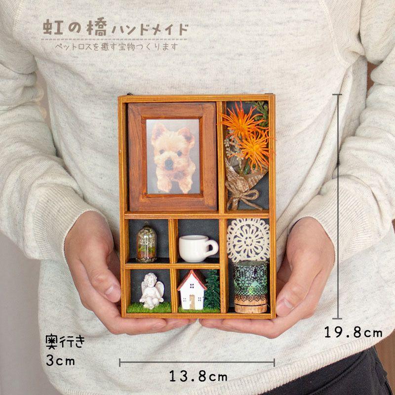 小さな仏壇のサイズです 小物はマグネット仕様です カジュアルではありますが 三具足 花 香 灯 が存在します Ledライトを点けると幻想的です ペット 仏壇 ペット 仏壇