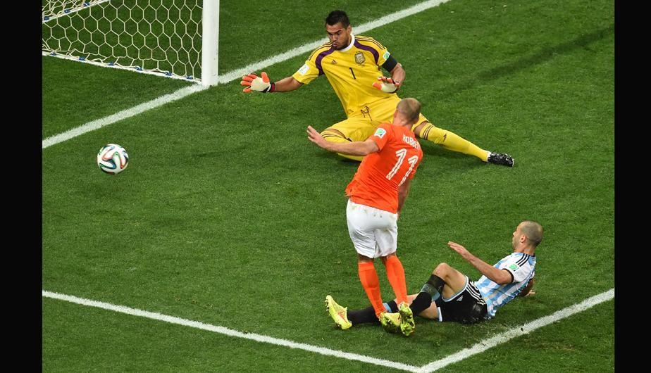 El 11 de Holanda no pudo.... Mascherano despeja... 9 julio de 2014 ... Mundial Brasil 2014... Semifinal Argentina vs Holanda. Estadio Arena Corinthians. San Pablo.