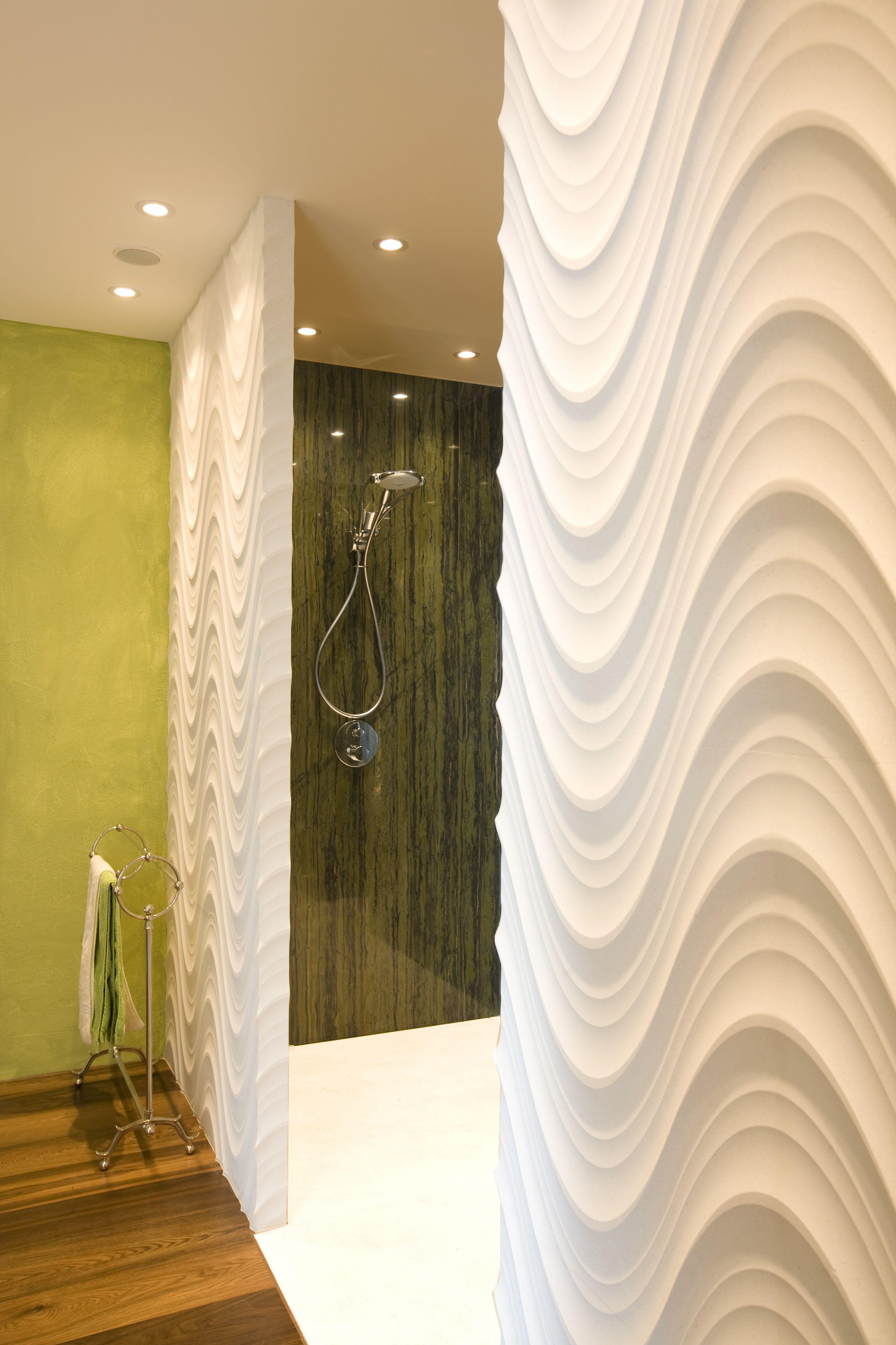 begehbare Dusche mit einer Wandverkleidung aus Pietre Incise Seta