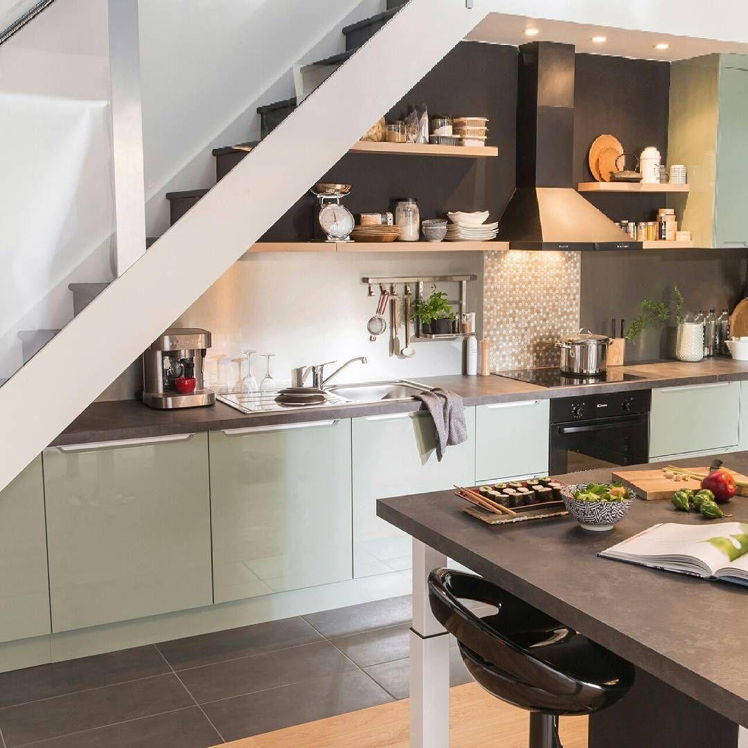Pratique Et Moderne La Cuisine Sous L Escalier Redessine Votre Espace Maison Retrouvez Les Produits Asso Cozinha Nova Casas Casas Em Santa Catarina