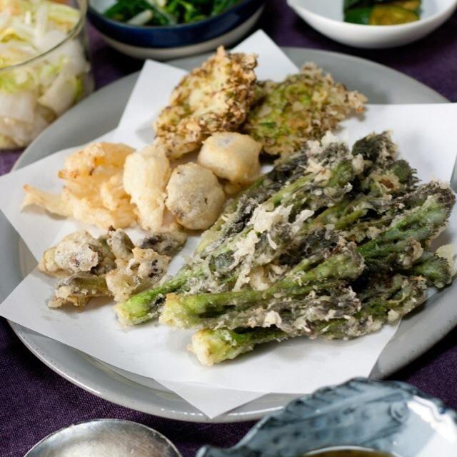 春の香りたっぷりのたらの芽を天ぷらで。その他、椎茸や新玉ねぎ、春キャベツも一緒に揚げました。天ぷら、難しい〜! - 26件のもぐもぐ - たらの芽の天ぷら by mio