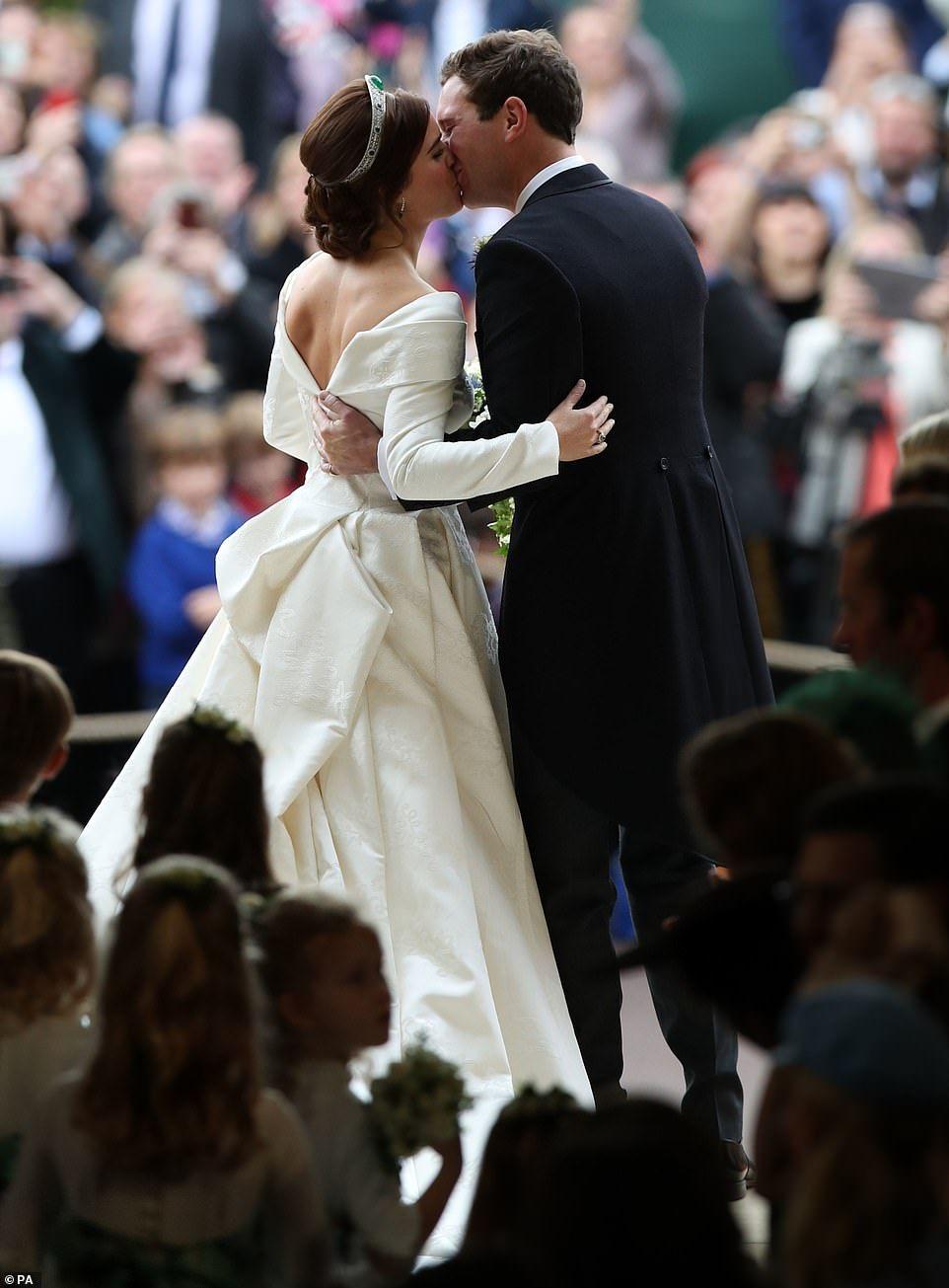 Beautiful Bride Princess Eugenie Marries Jack Brooksbank In Windsor Eugenie Wedding Princess Eugenie Jack Brooksbank Princess Eugenie [ 1305 x 962 Pixel ]