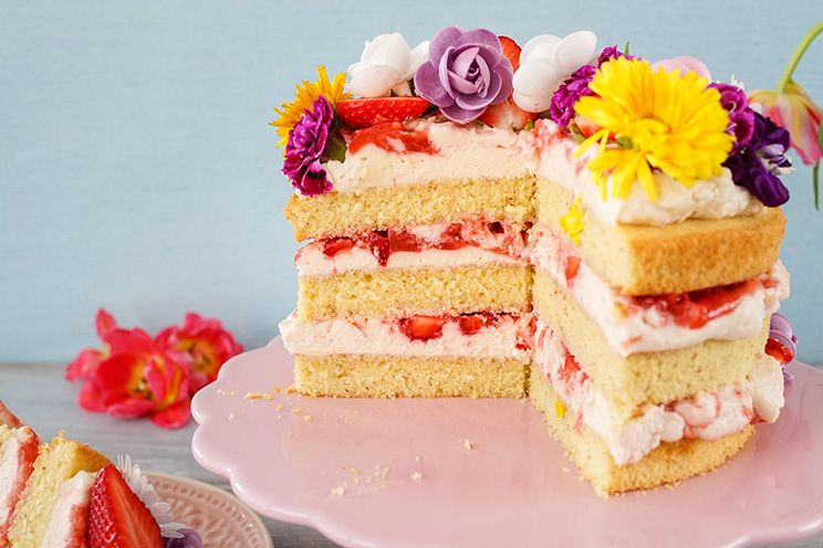 """Die Naked Cake ist eine """"nackte"""" Torte mit Erdbeer-Rhabarber-Kompott und essbaren Blumen"""