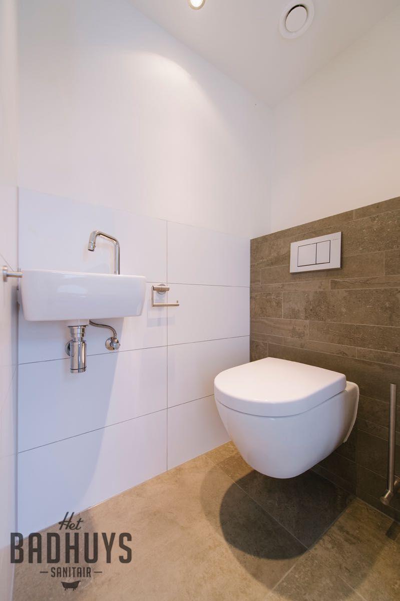 Eigentijdse Badkamer met combinatie van tegels in wit en grijs, Het ...