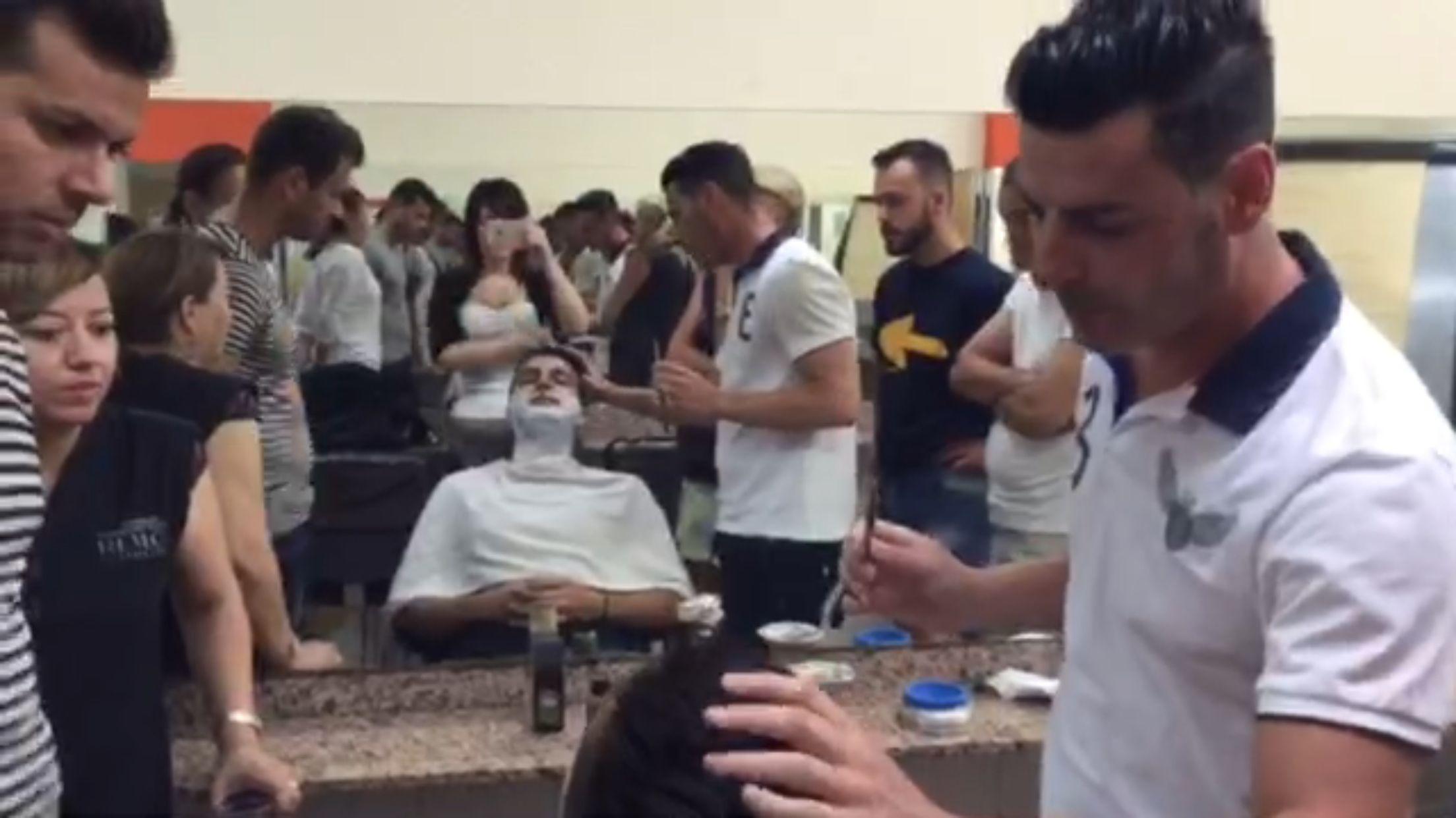 Abel Pleguezuelos impartiendo clases de afeitado en ACADEMIA REVLON (Alicante) #RitualdeAfeitado #AfeitadoSpa #Barbas #Barbershop