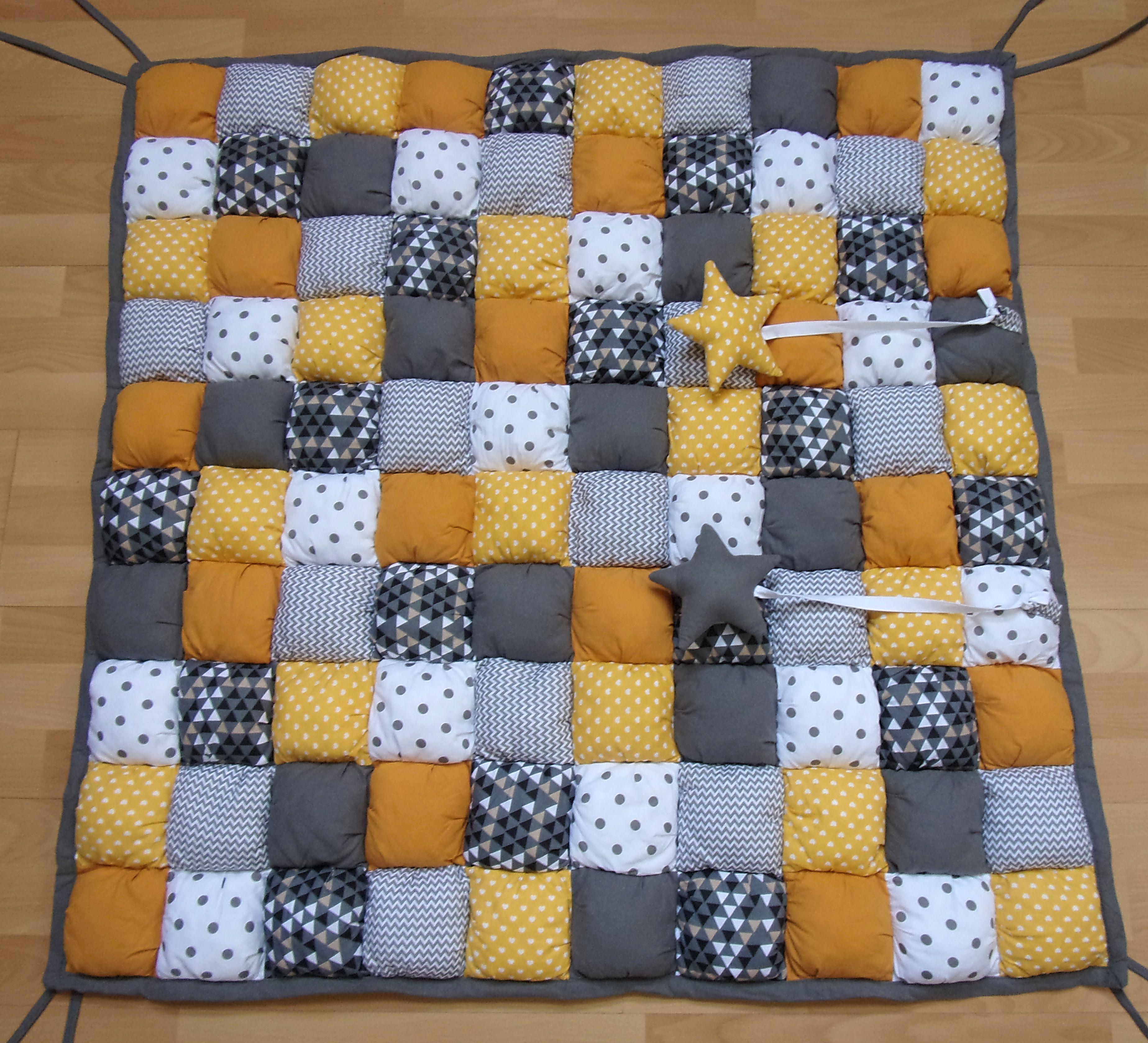 tapis de parc b b jaune et gris tapis de jeu b b jaune et gris puff quilt jaune gris blanc. Black Bedroom Furniture Sets. Home Design Ideas