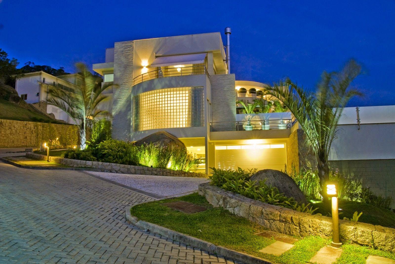 Fachadas de casas modernas com paisagismo e iluminação! - DecorSalteado