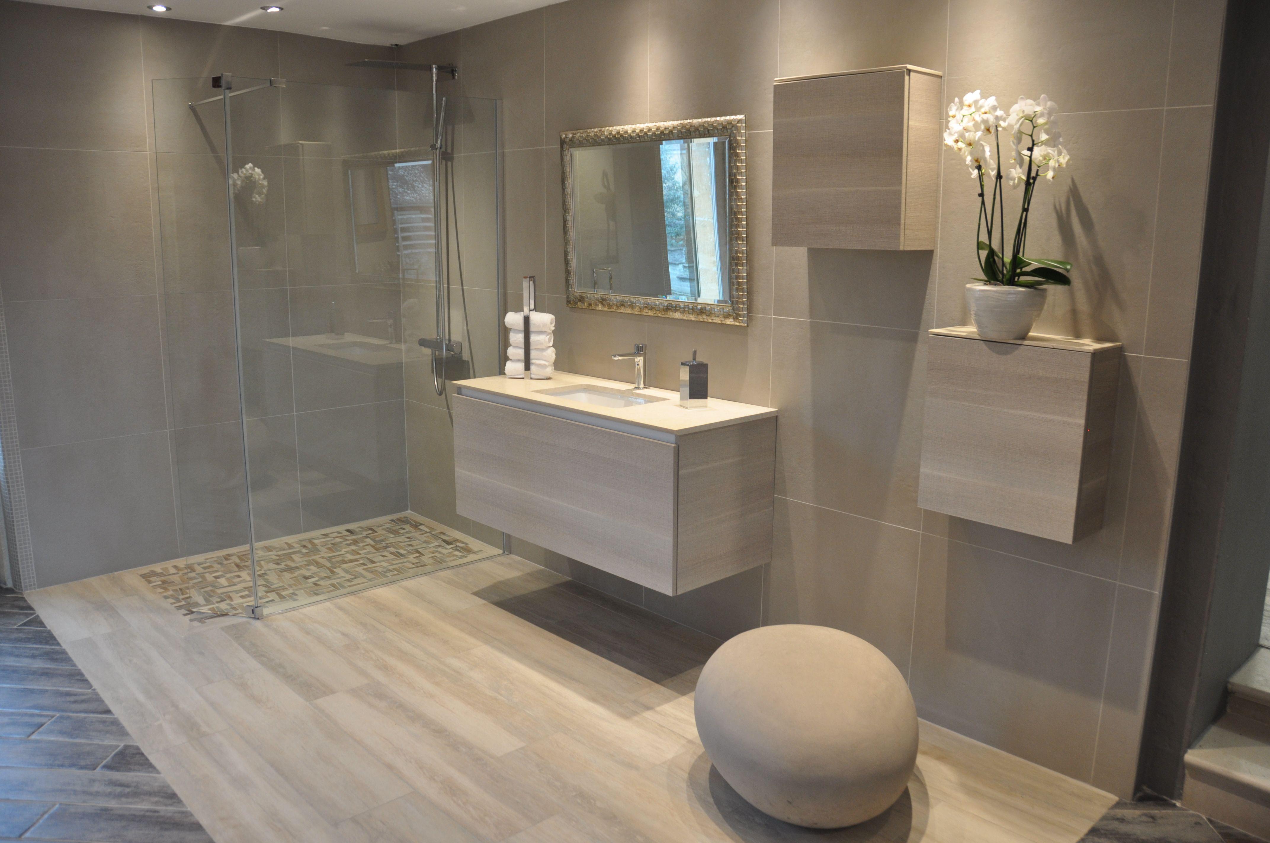 salle de bain avec douche italienne et baignoire d 39 angle