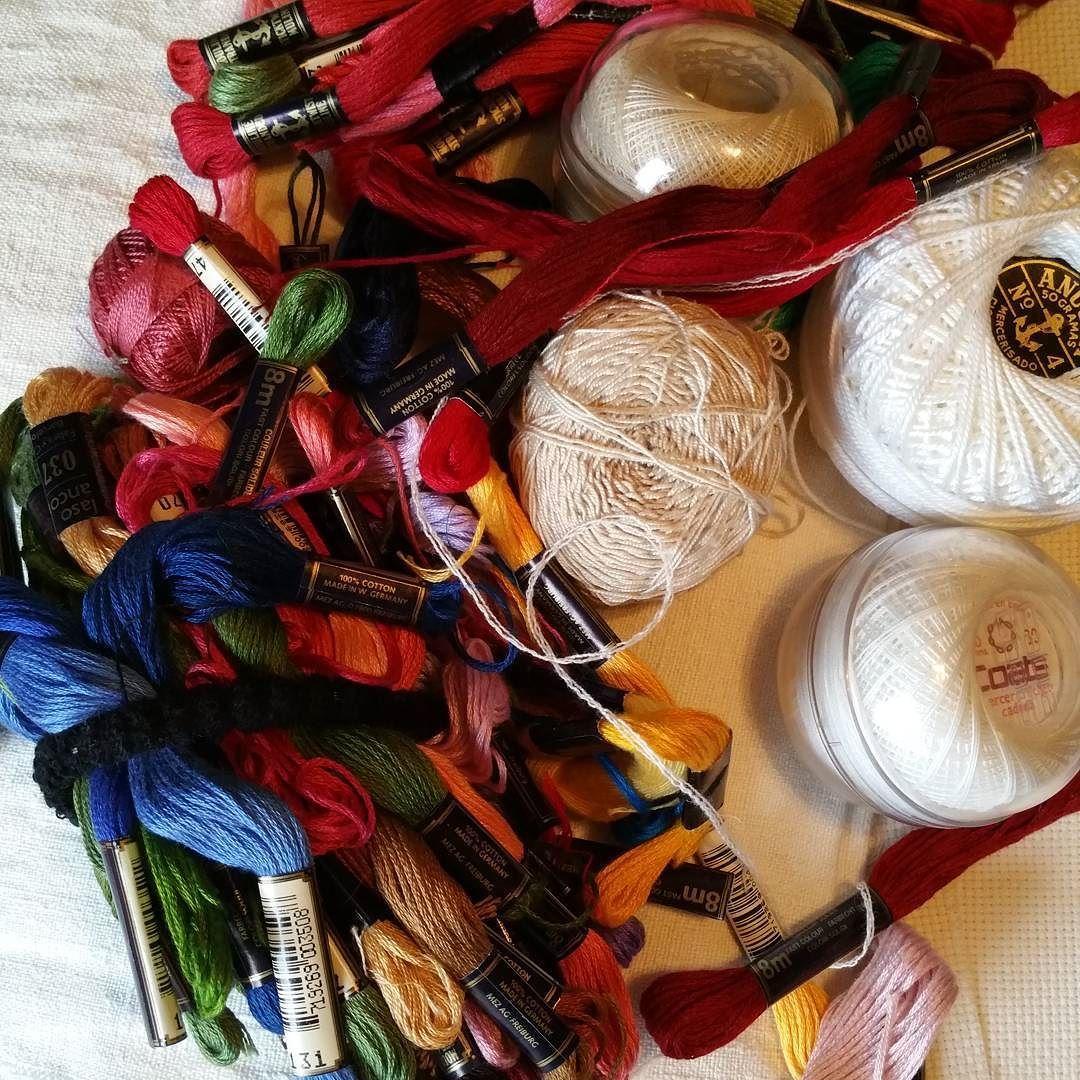 Madre mía lo que acabo de encontrar en casa de mamá! !!!! @yolandaandresandres Hilos y telas  para bordar vintange porque tienen casi los mismos años que la menda. #embrodery #bordarbordarybordaaar #bordandovoy #bordandovengo #inviernodelabores
