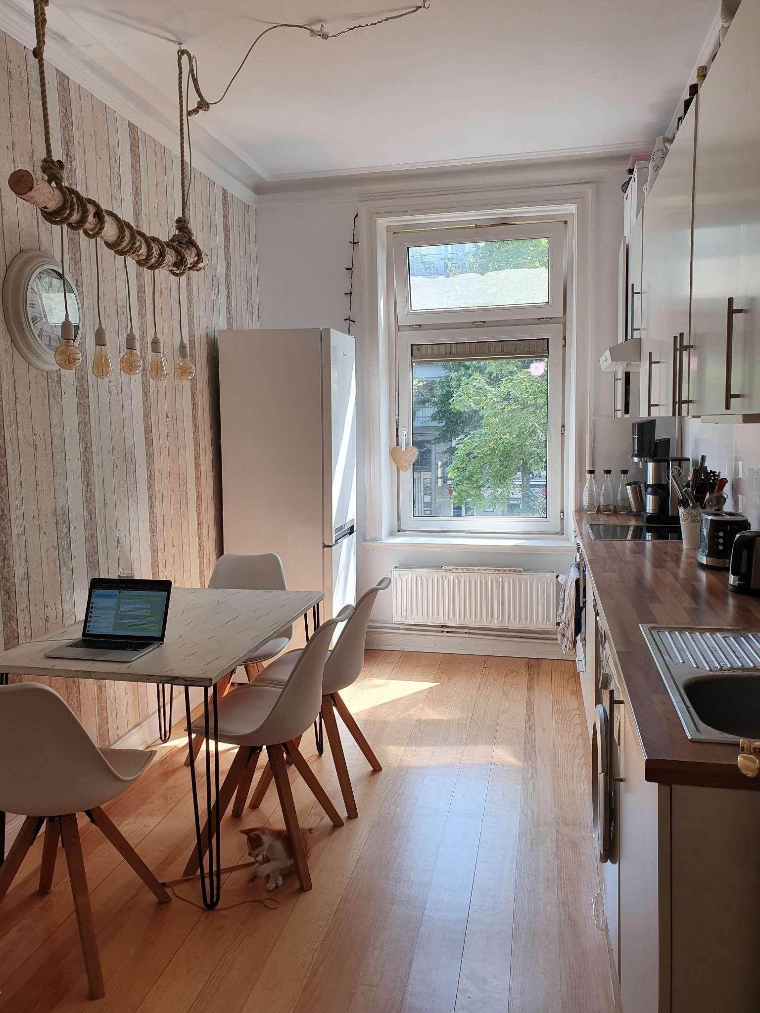 Küche im skandinavischen Stil mit DIY-Lampe