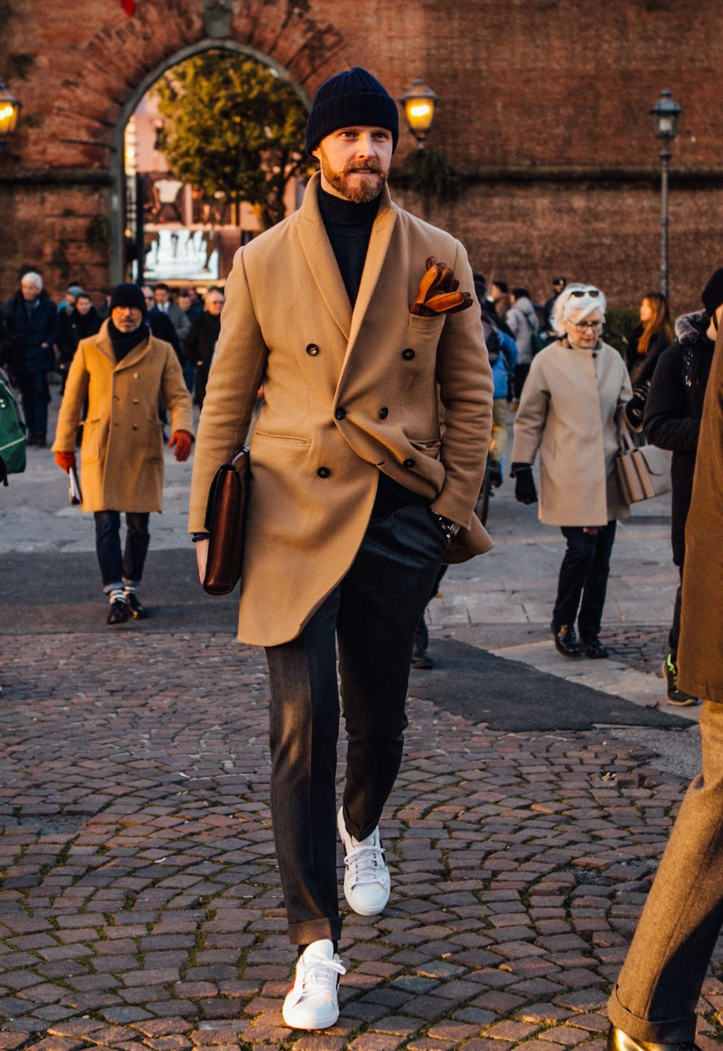 Flannel shirt tied around waist guys  Pitti Menus Street Style   Street styles Street and Dapper