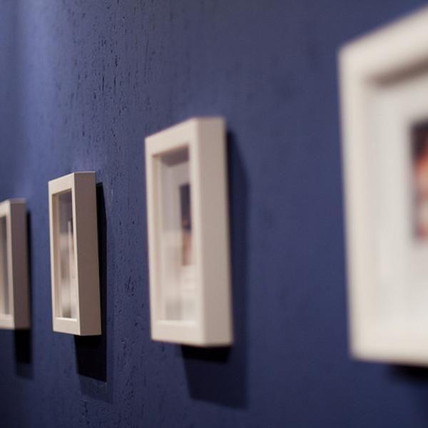 Cómo diseñar un muro con cuadros | Pinterest | Marcos de cartón ...