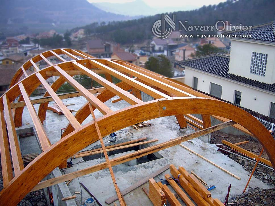 Estructura construida en vigas curvas de madera laminada estructuras - Estructuras de madera laminada ...