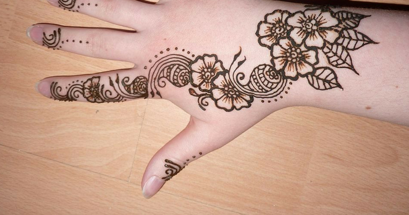 Paling Bagus 29 Lukisan Bunga Henna Ada Banyak Seni Yang Dihasilkan Dari Henna Seperti Henna Tangan Atau Inai Tangan Henna Pe Di 2020 Henna Lukisan Bunga Tato Tangan