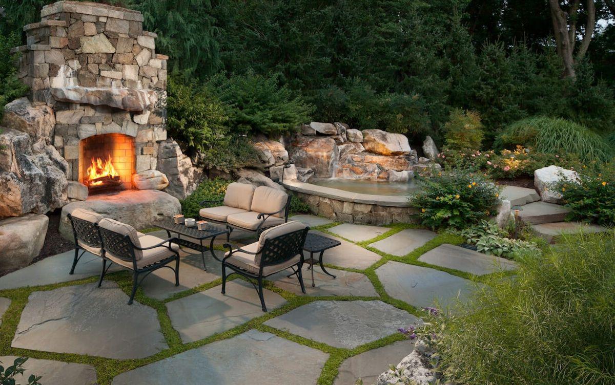 Idee Fur Einen Gartenteich Mit Sitzbereich Und Kamin Aus Stein Patio Stones Backyard Patio Patio Design
