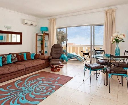 Sala decorada con marr n y turquesa dise o d interiores for Sala de estar marron