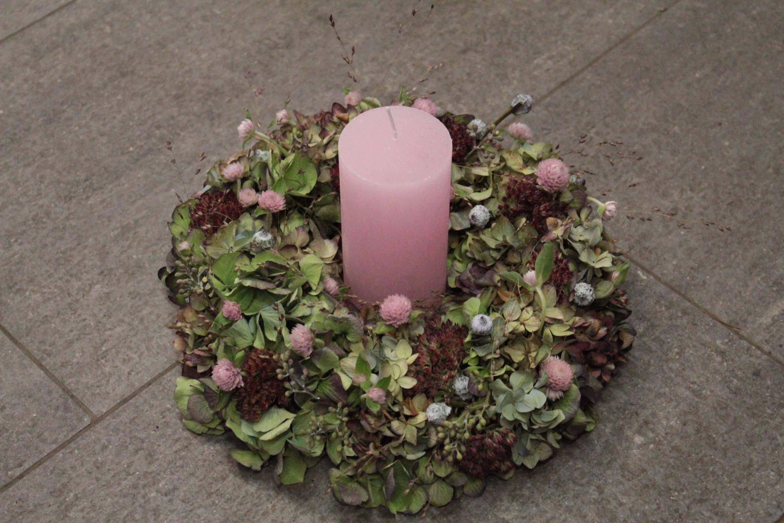 herbstkranz mit rosa Kerze, ausgeliefert im Oberthal ...