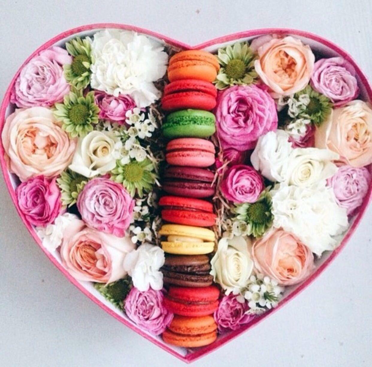 boite en cœur ❤ des fleurs et macarons   boites floral